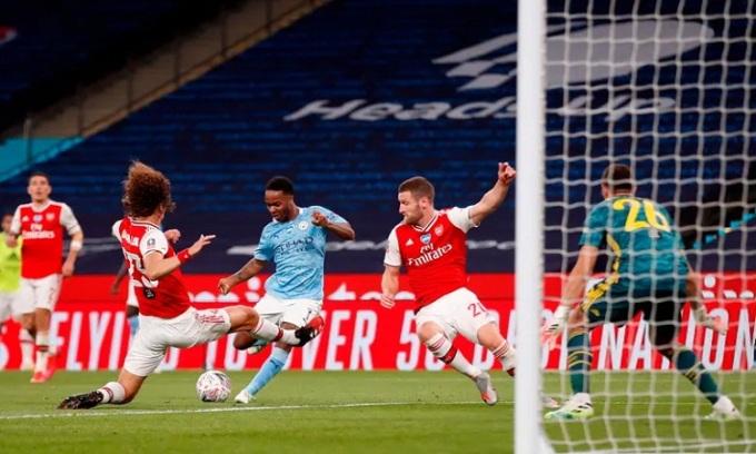 Luiz và đồng đội làm nản lòng các chân sút đối thủ. Ảnh: AFP.