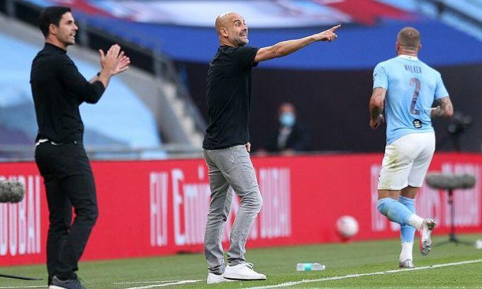 Guardiola (giữa) thua trợ lý cũ Mikel Arteta. Ảnh: MEN.