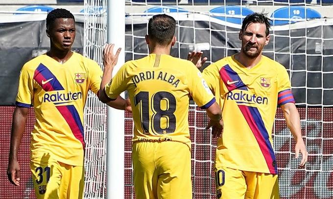Messi (phải) kiến tạo cho Fati (trái) mở tỷ số trận gặp Alaves. Ảnh: Reuters.