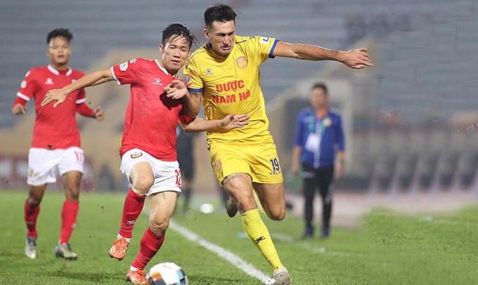 Tấn Tài (trái) trong màu áo Hà Tĩnh gặp Nam Định ở vòng 2 V-League 2020. Ảnh: VPF.
