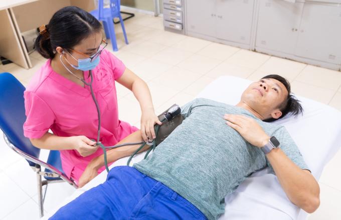 Tấn Tài hoàn tất thủ tục kiểm tra y tế trước khi ký hợp đồng với Hà Nội. Ảnh: HNF