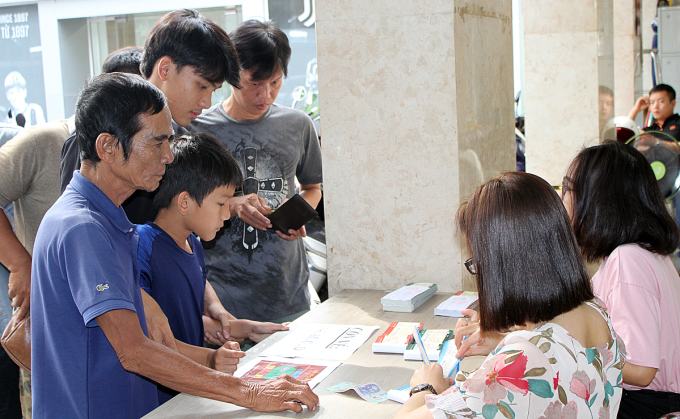 Người hâm mộ mua vé trận TP HCM - Hà Nội tại trụ sở CLB TP HCM. Ảnh: Cao Toàn.