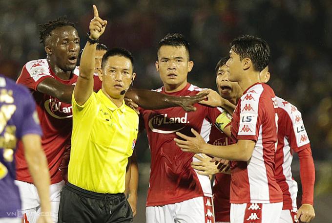Cầu thủ TP HCM vây trọng tài phản ứng khi bóng hai lần chạm tay trong vòng cấm nhưng họ không được hưởng phạt đền. Ảnh: Đức Đồng.