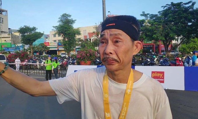 Runner Đình Hòa không kìm được nước mắt sau khi về đích. Ảnh: Tuấn Việt.
