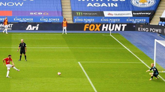 Bruno Fernandes đá phạt đền mở tỷ số trận đấu ở vòng 38 Ngoại hạng Anh. Ảnh: AP.