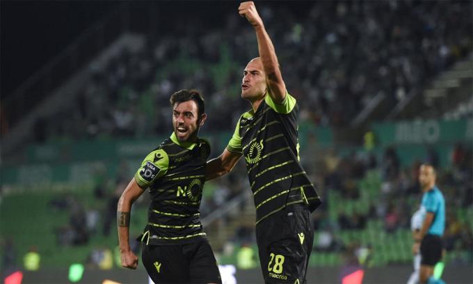 Bruno (phải) chia vui với Bas Dost trong một lần tiền đạo người Hà Lan ghi bàn cho Sporting Lisbon.