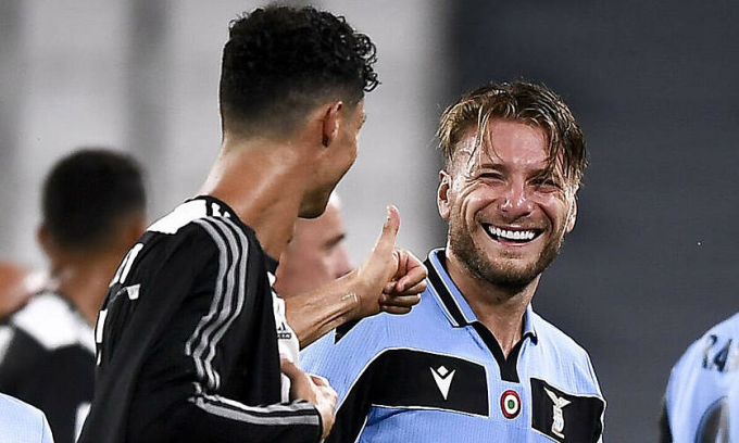 Immobile (phải) bỏ xa Ronaldo trong cuộc đua giành Giày Vàng. Ảnh: Imago.
