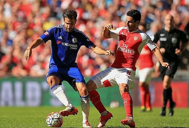 Fabregas (trái) thời còn khoác áo Chelsea, đối đầu với thủ quân hồi đó của Arsenal - Mikel Arteta. Ảnh: Empics.