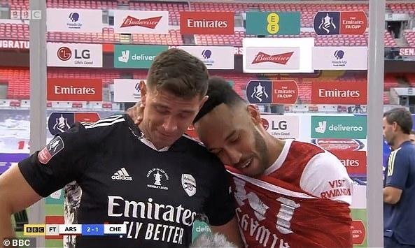 Martinez (trái) được Aubameyang an ủi sau chung kết Cup FA. Ảnh: BBC.