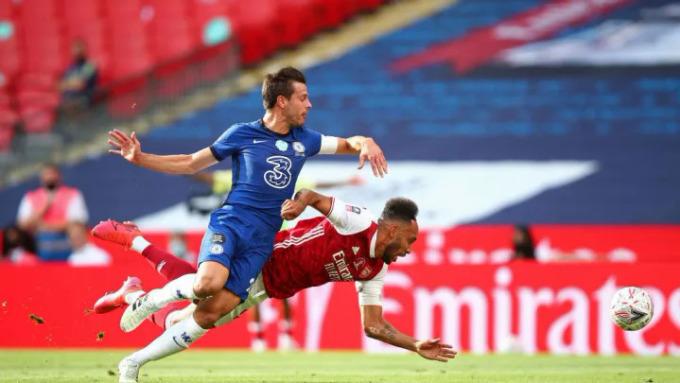 Aubameyang ngã xuống sau tình huống tranh bóng với Azpilicueta. Ảnh: Reuters.