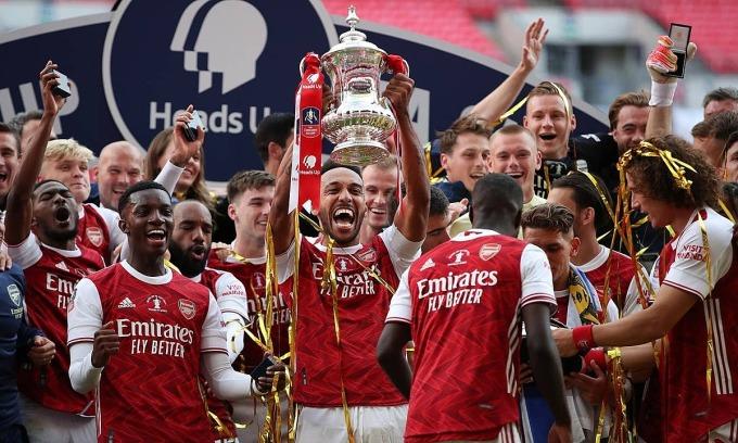 Aubameyang nâng Cup FA thứ 14 của Arsenal. Ảnh: Reuters.