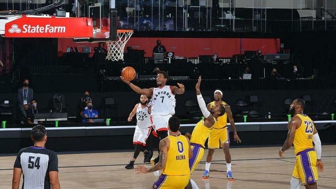 Lakers (vàng) toàn thua Raptors kể từ 11/2014. Ảnh: Reuters.