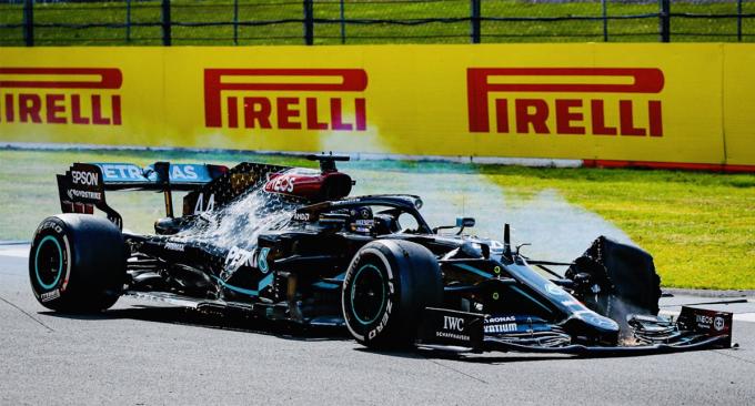 Lê lết suốt vòng cuối với chiếc lốp trái phía trước bị nổ, nhưng Hamilton vẫn bảo toàn vị trí thứ nhất tại Silverstone. Ảnh: F1.