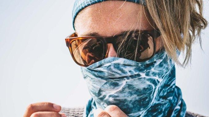 Khẩu trang khăn ống may bằng vải kỹ thuật mỏng, thoáng khí, có độ co giãn cao.