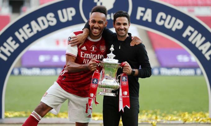 Aubameyang (trái) có danh hiệu đầu tiên sau hai năm rưỡi khoác áo Arsenal. Ảnh: Reuters.