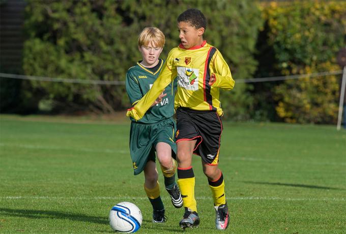 Sancho (áo vàng) gắn bó với Watford tám năm, trước khi sang Man City. Ảnh: Offside.