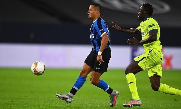 Sanchez (trái) vào sân từ ghế dự bị trong trận gặp Getafe tối 5/8. Ảnh: Inter FC.
