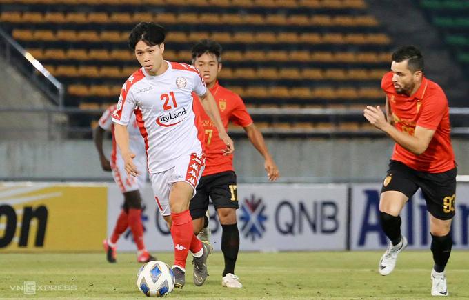 Công Phượng và đồng đội có cơ hội lớn giành vé đi tiếp ở AFC Cup khi TP HCM đang dẫn đầu bảng. Ảnh: Cao Toàn.