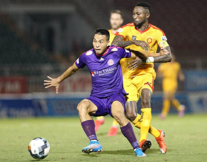 Hoàng Vũ Samson của Thanh Hóa (vàng) tranh chấp bóng với cầu thủ Sài Gòn FC ở vòng 9 V-League 2020. Ảnh: VPF.