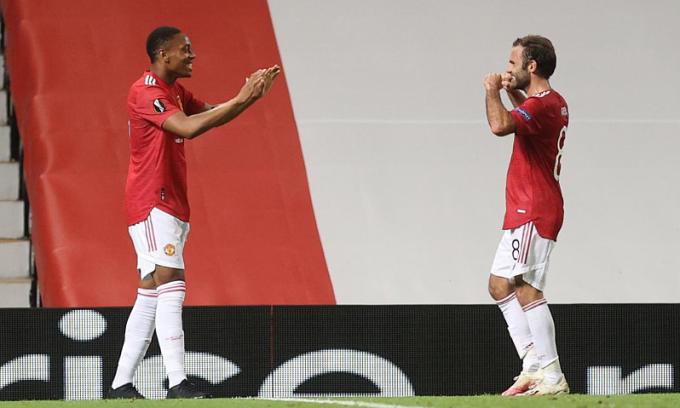 Martial (trái) ghi bàn thứ 23 mùa này. Ảnh: Reuters.