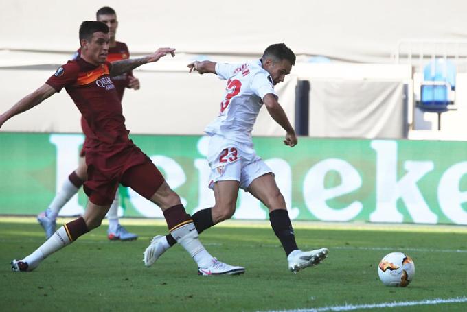 Reguillon (trắng) mở tỷ số cho Sevilla. Ảnh: Reuters.