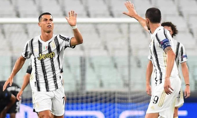 Bonucci (phải) động viên Ronaldo sau bàn thứ hai của Juventus. Ảnh: Reuters.