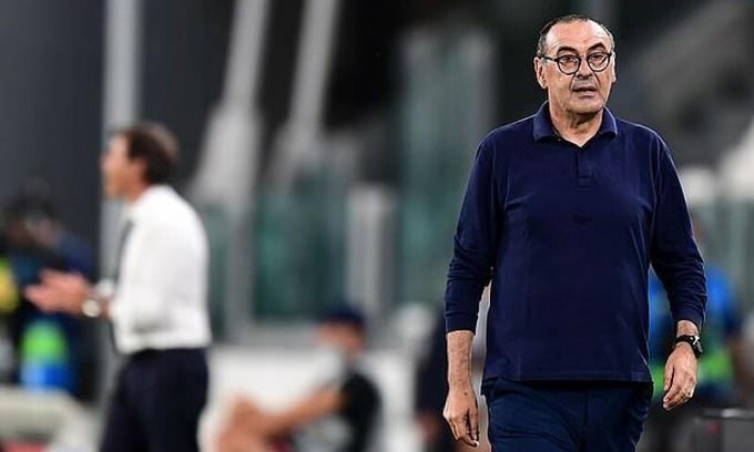 HLV Sarri chỉ đạo các cầu thủ Juventus trên sân Allianz tối 7/8. Ảnh: AFP.