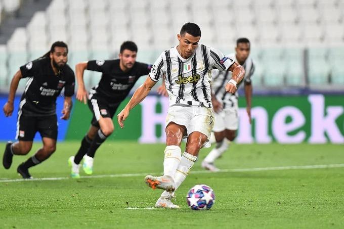 Ronaldo gỡ hòa nhờ quả phạt đền cuối hiệp một. Ảnh: Reuters.