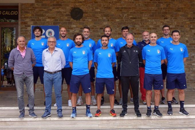 Pirlo (thứ ba từ trái sang, hàng trước) cùng các bạn học và giảng viên trong lớp đào tạo HLV tại Coverciano.