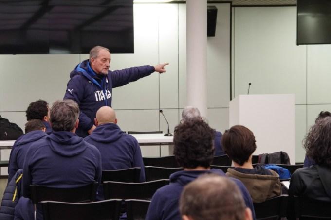 Đổi mới tư duy, nghĩ về bóng đá trong 10 năm tiếp theo là yêu cầu bắt buộc của Giám đốc Coverciano,  Renzo Ulivieri với mọi học viên tại đây.