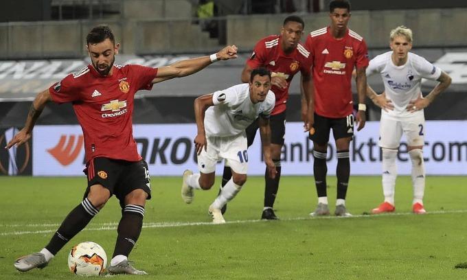 Fernandes một lần nữa cứu Man Utd trên chấm phạt đền. Ảnh: AP.
