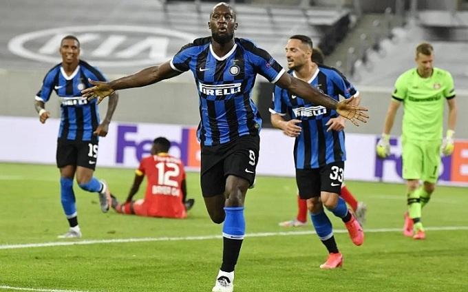 Lukaku thể hiện tầm quan trọng trong lối chơi của Inter. Ảnh: AP.