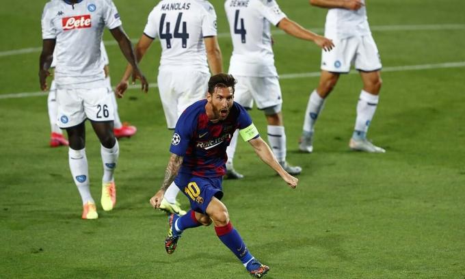 Messi phấn khích sau khi solo ghi bàn giữa đám đông hậu vệ Napoli ở lượt về vòng 1/8. Ảnh: AP.