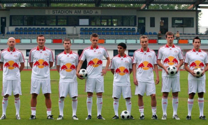 Đội bóng Leipzig năm 2009, mùa bóng đầu tiên của họ sau khi được Red Bull mua và cải tổ.