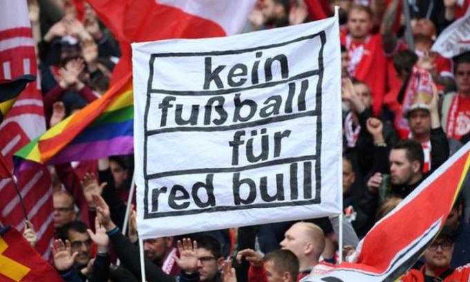 CĐV các đội bóng đối lập giăng biểu ngữ phản đối Red Bull: Không bóng đá là Red Bull.
