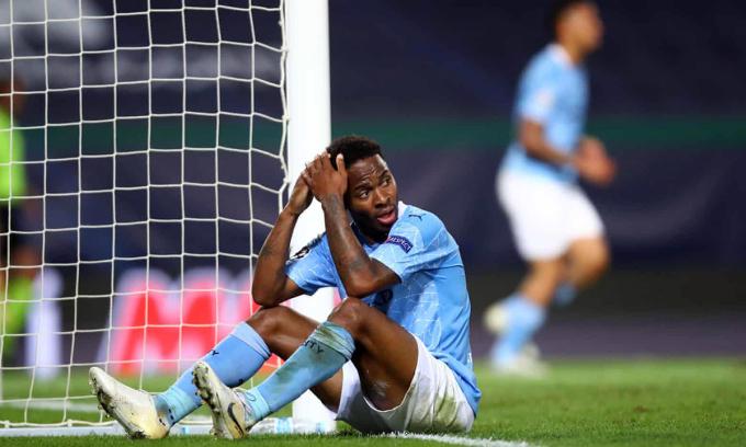 Sterling ngơ ngác không hiểu tại sao đệm bóng lên trời từ cự ly hơn 5m. Khi anh còn chưa hết tiếc, Lyon có bàn thứ ba. Ảnh: UEFA.