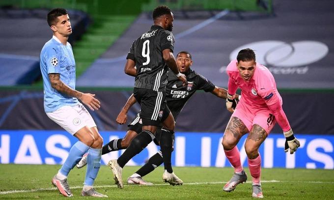 Moussa Dembele (số 9) ấn định thắng lợi 3-1 cho Lyon ở tứ kết gặp Man City. Ảnh: Reuters.