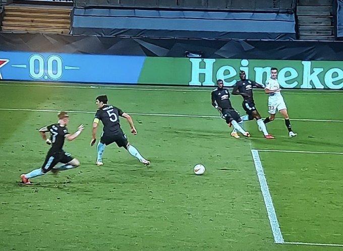 Khoảnh khắc Maguire bỏ bóng nhìn người, dẫn đến bàn gỡ hoà 1-1 của Sevilla.