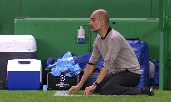 Guardiola thất vọng sau pha hỏng ăn của Sterling ở gần cuối trận tứ kết mà Man City thua Lyon 1-3. Ảnh: Sky Sports.