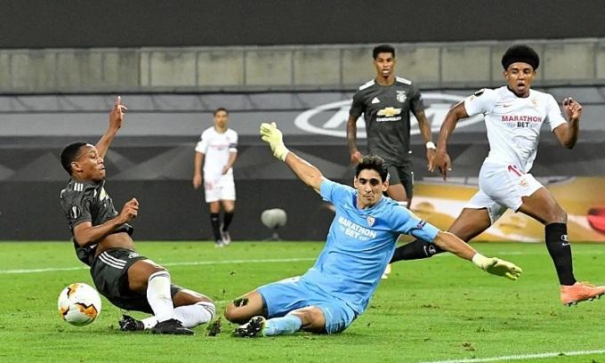 Bounou thi đấu rất tập trung để giữ sạch lưới cho Sevilla trong những phút họ bị ép sân ở đầu hiệp hai. Ảnh: Reuters.
