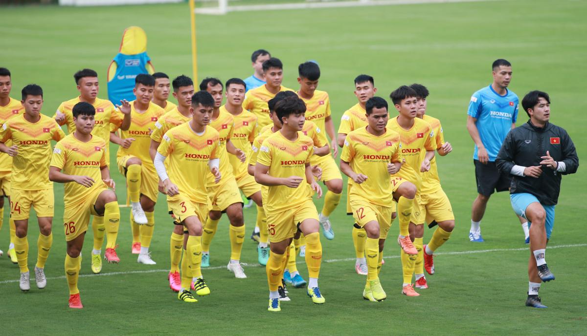 Cầu thủ U22 Việt Nam hớt hải chạy vì đi tập muộn