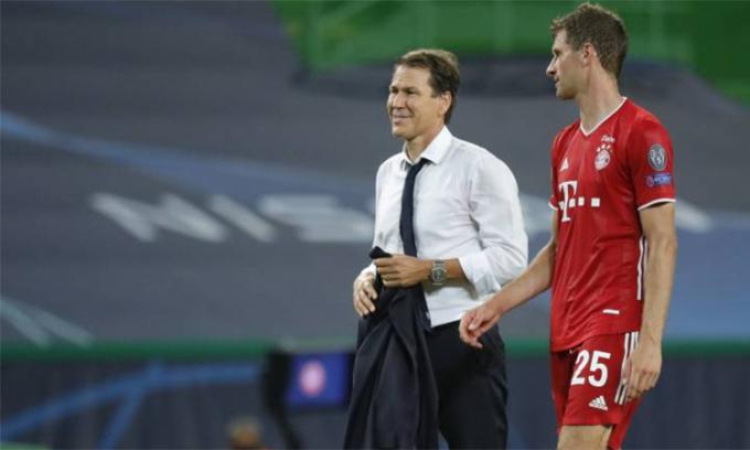 HLV Garcia trò chuyện với Thomas Muller sau trận bán kết Champions League trên sân Jose Alvalade, Lisbon, Bồ Đào Nha hôm 19/8. Ảnh: France Football
