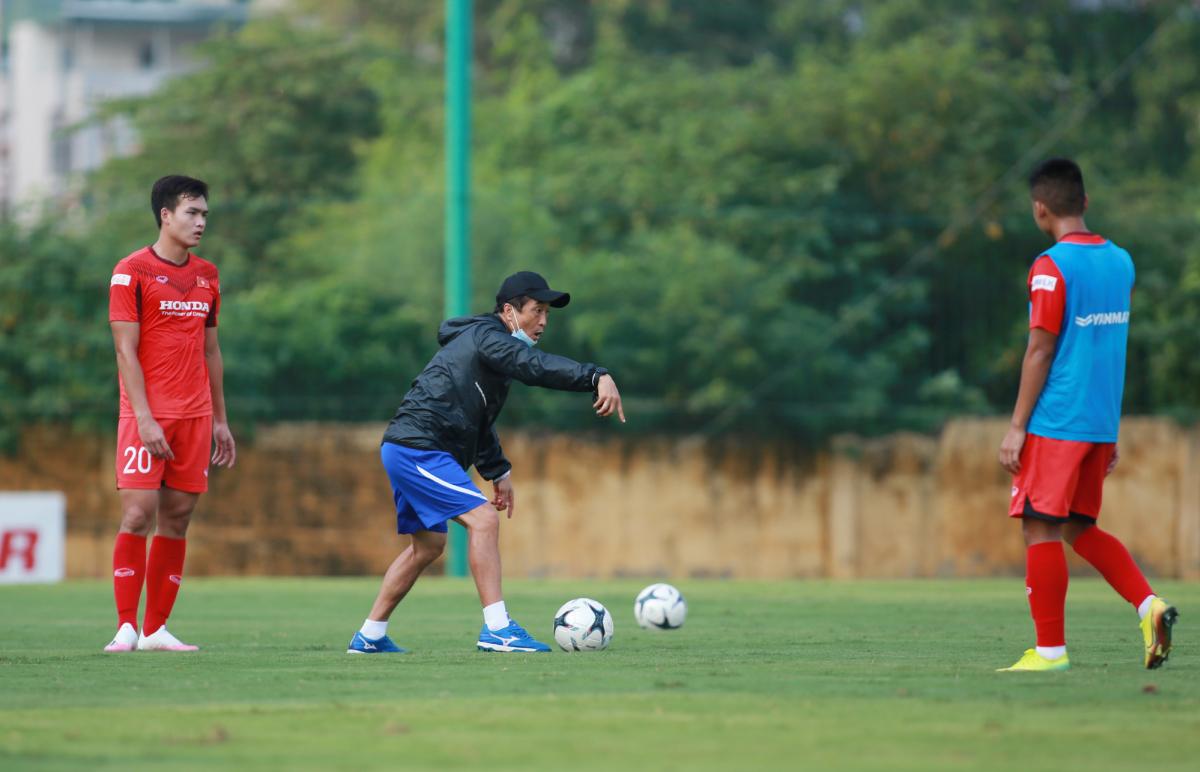 Trợ lý HLV Park chê cầu thủ U22 Việt Nam