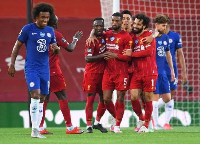 Liverpool nâng Cup Ngoại hạng Anh trong trận thắng Chelsea 5-3 cuối mùa trước. Ảnh: Reuters.