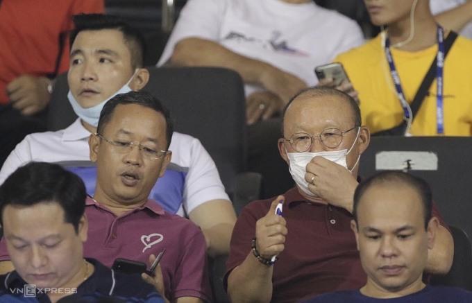 HLV Park ngồi trên khán đài sân Pleiku, theo dõi trận đấu giữa HAGL và TP HCM ở V-League 2020 hồi tháng 6. Ảnh: Đức Đồng.