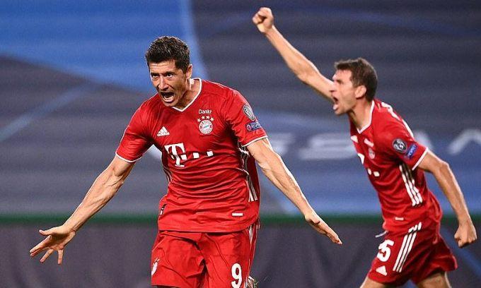 Lewandowski (trái) mừng bàn ấn định tỷ số 3-0 vào lưới Lyon tối 19/8. Ảnh: EPA.