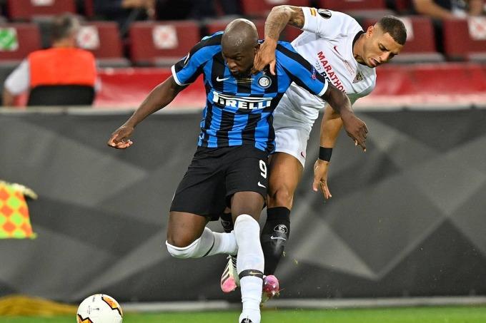 Carlos phạm lỗi với Lukaku (trái) ở phút thứ ba. Ảnh: AP