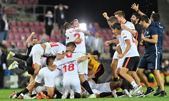 Cầu thủ Sevilla chia vui chức vô địch. Ảnh: Reuters.