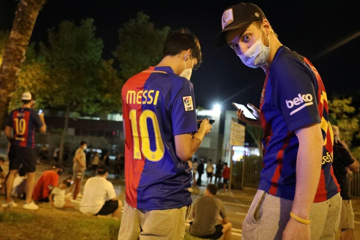 CĐV Barca biểu tình ngoài sân Nou Camp