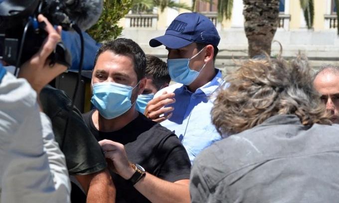 Maguire đội mũ để che mặt khi rời khỏi tòa án ở đảo Syros, sáng 22/8. Ảnh: EPA.